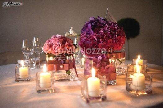 http://www.lemienozze.it/gallerie/foto-fiori-e-allestimenti-matrimonio/img794.html  Allestimento di fiori e candele per il tavolo delle nozze