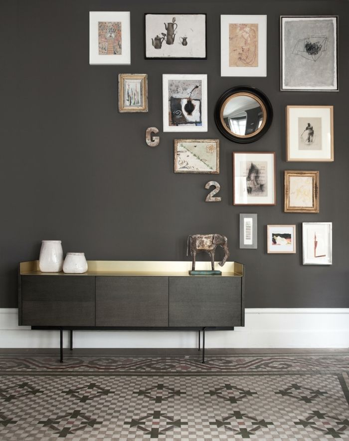 marcos de fotos originales, recibidor moderno en color ocre con marcos decorativos con cuadros y fotos y espajo vintage