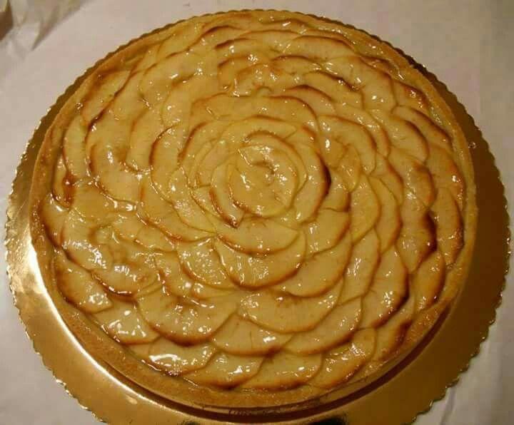Torta con base di pasta frolla, crema e mele