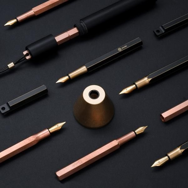The body of the Ystudio - Desk Fountain Pen Brassing is made of copper, the solid pen holder is made of brass. Just like Ystudio's other brassing products, the