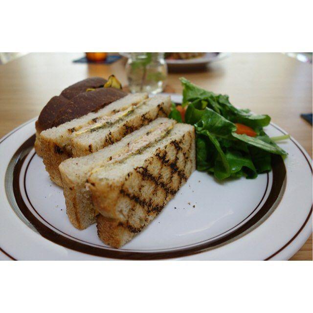 昼ごはんはグリルしたズッキーニとマヨネーズで和えたツナバジルソースのサンドイッチ(-)/ #meallog #food #foodporn