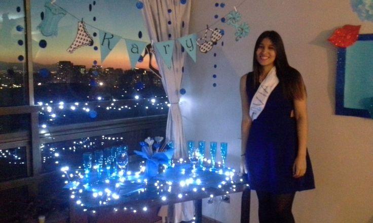 La novia en azul, con su banda y feliz,  a lado de la sorpresa