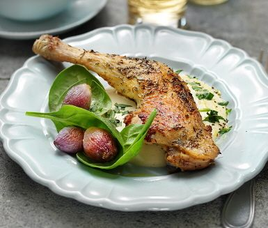 Kycklingklubba med rostade lökar och dragonsås där såsen är den stora smakhöjaren i detta recept. Kycklingen steks färdigt i ugnen för att få en gyllenbrun färg och lökarna tillsätts mot slutet. Såsen kryddas med dragon och honung för en fin och len kombination. Servera med nykokt rykande ris.