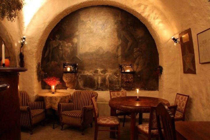 Piwnica pod Baranami to słynna kawiarnia artystyczna, powstał w piwnicach zabytkowej kamienicy Pod Baranami. http://krakowforfun.com/pl/10/puby/piwnica-pod-baranami