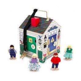Una divertente casa di legno piena di porte da aprire e campanelli da suonare per inventare ogni giorno nuove storie utilizzando i quattro personaggi inclusi!