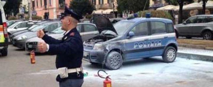 Choc davanti alla questura di Salerno, ventenne dà fuoco all'auto della polizia