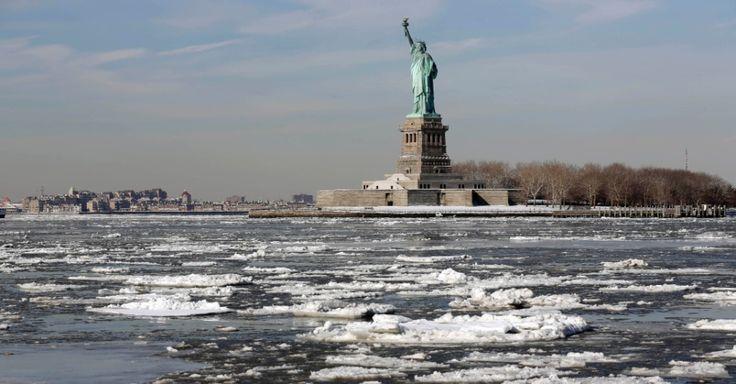 Rio Hudson fica praticamente congelado próximo à Ilha Ellis, onde fica a Estátua da Liberdade, em Nova York, EUA