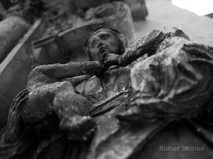 Friedhof St.Peter in Straubing.  Der alte Friedhof St. Peter (Petersfriedhof) in Straubing gehört zu den ältesten Friedhöfen in Deutschland zu finden sind hier Gräber beginnend vom 14 Jahrhundert bis heute. Es befindet sich noch eine Basilika aus dem 12.Jahrhundert auf dem Gelände war aber leider verschlossen.