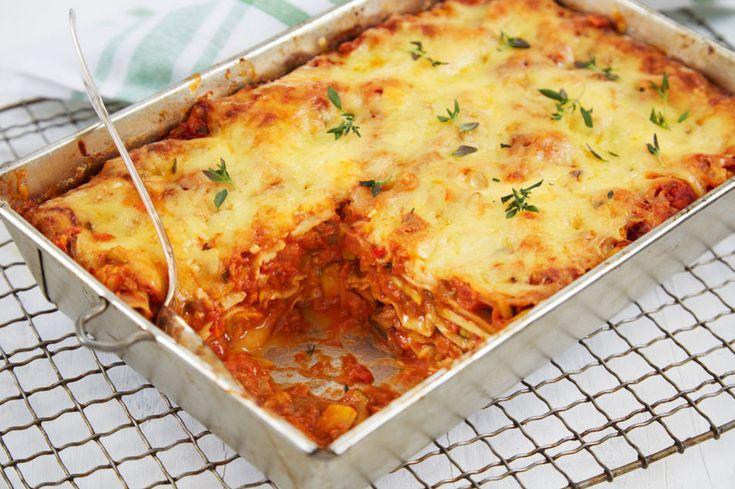 Vegan lasagne  Dette trenger du til 4 porsjoner:     5 blad Savoykål  6 stk Potet  1 stk Rødløk  1 stk Paprika, rød, stor størrelse  2 fedd Hvitløk  1 ss Olivenolje  Salt og pepper  1 ss Timian, fersk  100 gram Cheddar ost