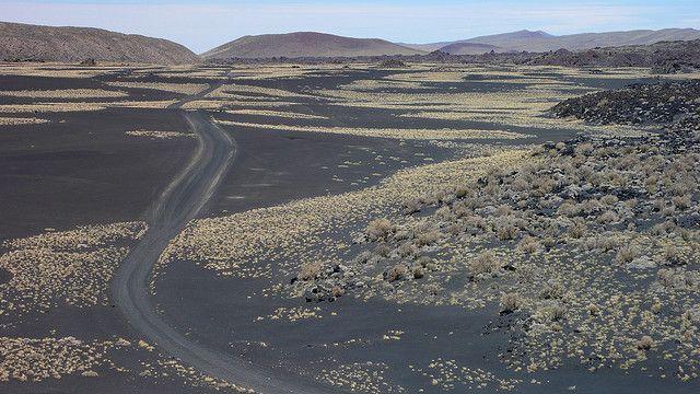 Payunia es un territorio apenas explorado, y sólo para afrontar con un guía conocedor del terreno. Se encuentra al sur de Mendoza, provincia argentina. Hace millones de años, los volcanes dejaron una huella para la eternidad, en forma de un desierto de color negro donde tímidamente aflora la vida. Imagen de Alexis Le-Quoc