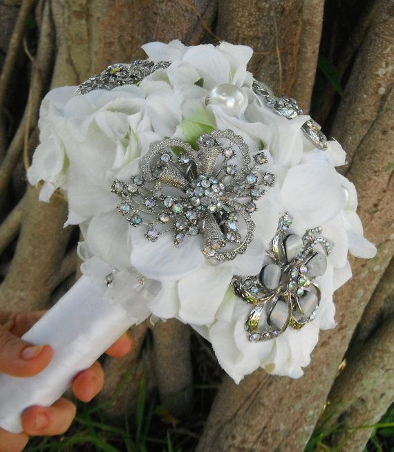 Buque romântico com broches que dão um detalhe elegante de acordo com seu estilo.