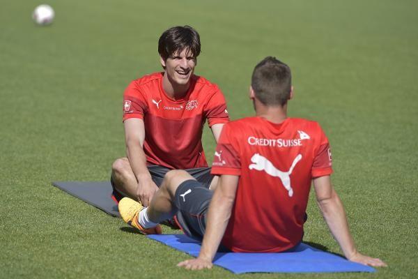 Die Nationalspieler Timm Klose und Josip Drmic, von links, waehrend einem oeffentlichen Training am Dienstag, 2. Juni 2015, in der Stockhornarena in Thun. (KEYSTONE/Lukas Lehmann)
