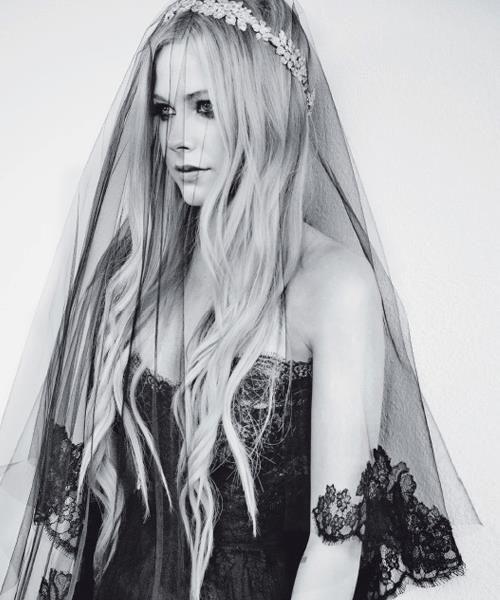 @Avril Lavigne in abito da sposa per Glamour Italia!