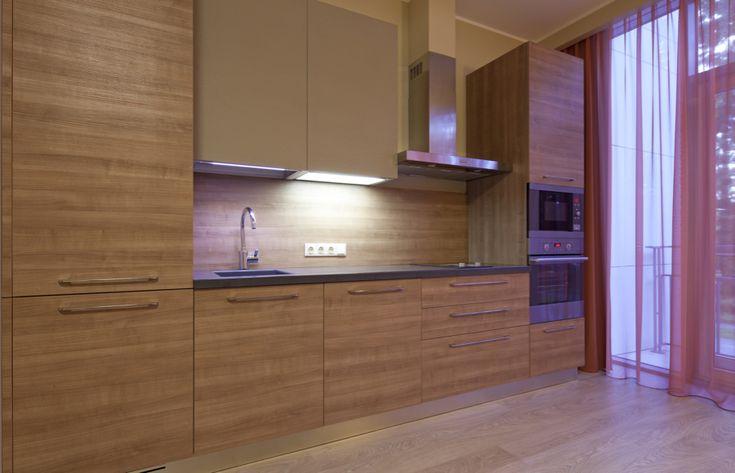 Kuchyně Cora 101 DM Klasická kuchyně nadchne milovníky dřevěného dekoru, který je použitý nejen na spodních a bočních skříních ale také na obkladu stěny. Pracovní deska z tmavého umělého kamene Corian včetně dřezu, rozbíjí zdánlivou strohost. Horní maxi skříně se světelným dnem kuchyň příjemně zútulňují.  #klasickekuchyne #kuchyne #kitchen #modernikuchyne #modernibydleni #gorenje #interier #kuchynenamiru
