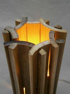 O conceito utilizado na luminária foi que os compradores pudessem monta-la e desmonta-la para facilitar seu transporte. Além de evidenciar a parede interna do bambu.