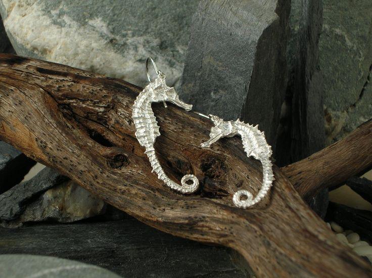 Orecchini a lobo in argento 925/1000 a forma di cavallucci marini, realizzati in maniera artigianale mediante l´utilizzo della tradizionale tecnica della fusione a cera persa. Chiusura a farfallina. #RRorafi #GioielliCheAttraversanoIlTempo #Jewels
