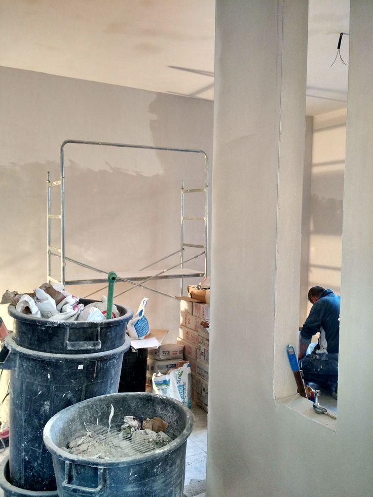 #sala vista dall'ingresso, con fessura sul #tramezzo divisorio fra #ingresso e sala.