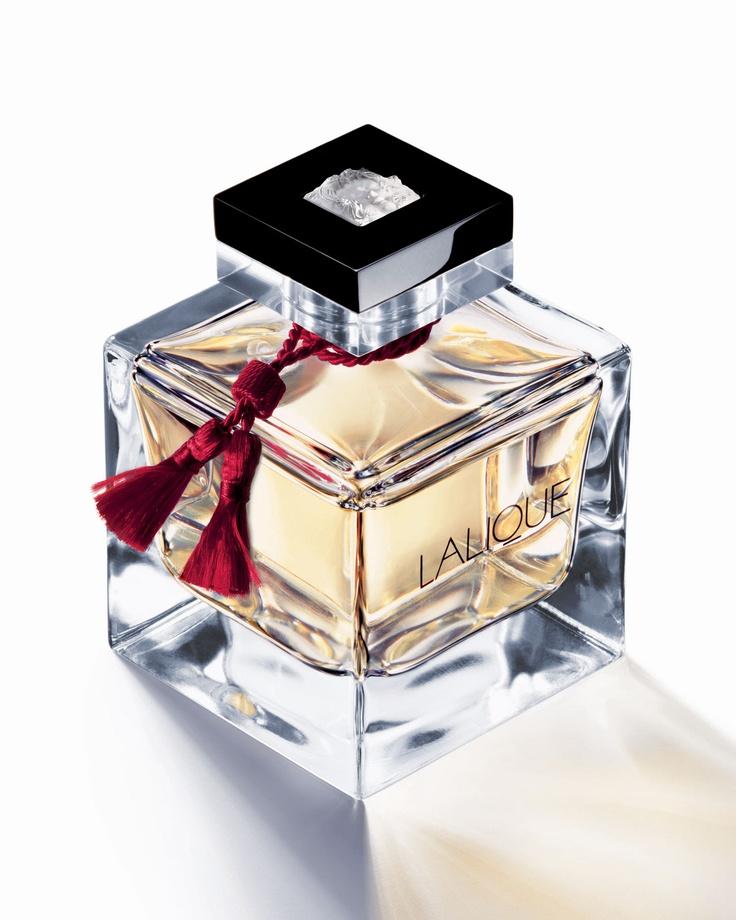 Lalique Le Parfum - bardzo pociągający, działający na wyobraźnię, seksowny aromat, który zostawia na skórze zmysłowy powiew orientu, przesycony wanilią i piżmem, zestawiony z lżejszymi nutami bergamotki, kminku i słodkich migdałów... Wszystko zamknięte w flakoniku wykonanym z wysokiej jakości szkła http://www.iperfumy.pl/lalique/le-parfum-woda-perfumowana-dla-kobiet/