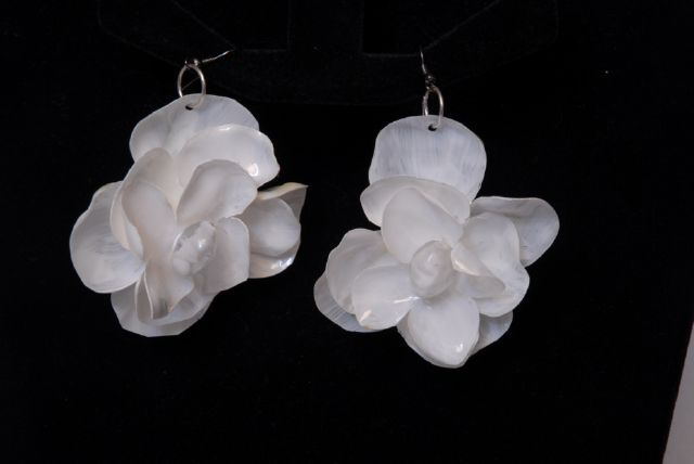 DSC_0131.jpg (640×428) Earrings made with painted recycled plastic bottle . Donatella Vassallo creation