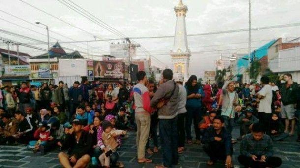 Warga Yogyakarta saksikan gerhana matahari di Tugu