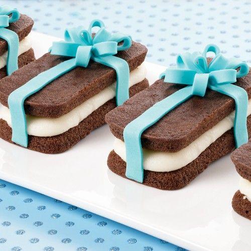 Heerlijke mini cakes maak je natuurlijk met de Wilton Mini Cakes Pan Treatwiches. In dit recept leggen we je uit hoe je deze heerlijke chocolade mini cakes eenvoudig kunt maken. Maar natuurlijk ook hoe je ze kunt decoreren.