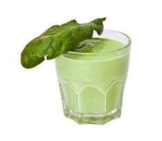 Jugo verde Es ideal para quemar calorías y grasas el resto del día si lo tomas por la mañana, lo cual puedes hacer durante 10 días, para descansar el doble. Este jugo es rico en vitamina C, B6, fibra, ácido fólico, omega 3, fitonutrientes y antioxidantes. Lava, desinfecta y coloca en licuadora el jugo de 1 limón, media taza de perejil, 1 tallo de apio, 5 hojas de espinacas, 1 trozo pequeño de jengibre, medio pepino y 1 manzana sin semillas pero con cáscara. Mezcla perfectamente y listo.