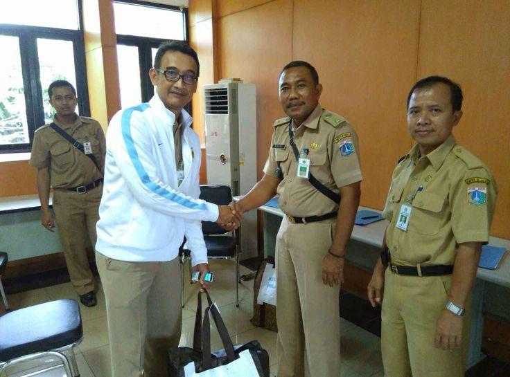 Kepala UPPD Kepulauan Seribu Indra Satria menyerahkan SPPT PBB