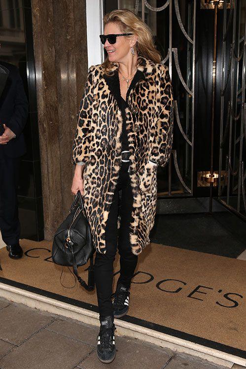 Kate Moss en manteau léopard et baskets Gazelle Adidas à Londres