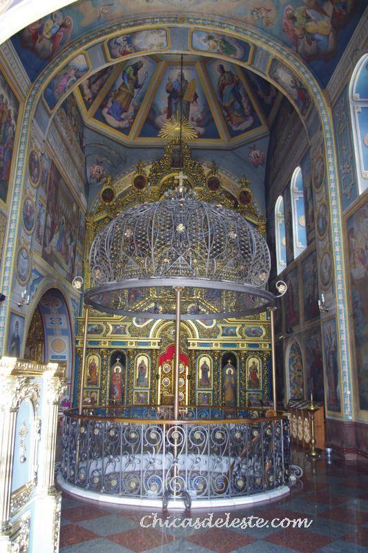 Interior de la iglesia Mihailovskaya de Kiev.