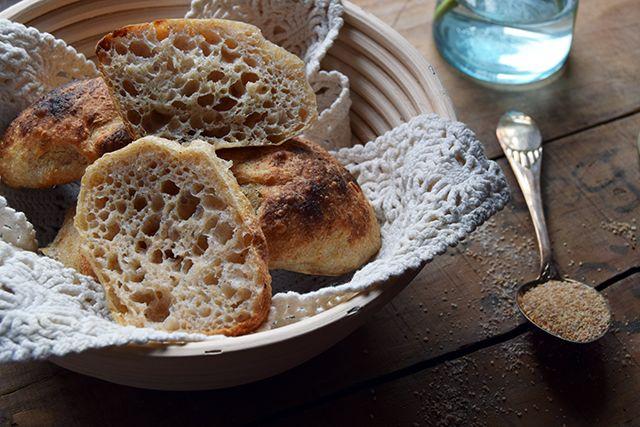 Efter at jeg har købt en melkværn, så har min bagning krævet lidt justering for, at jeg kan bage let og luftig brød. Løsningen er fundet. Sprød skorpe, luftig og blød krumme. Perfekt surdejsbolle!…