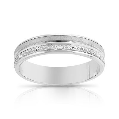 Jolie cette alliance en or blanc avec 3 effets de matière : mat, poli et diamanté...