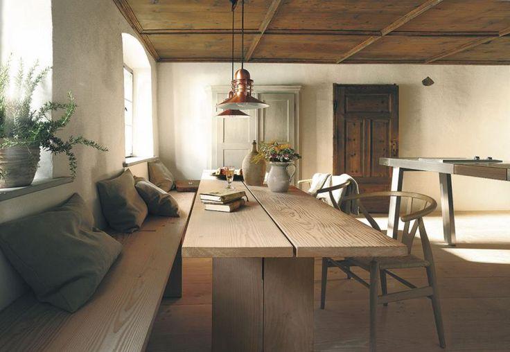 Großflächige Furnierbilder, sägeraue Oberflächen und unkompliziertes Design – mit diesen Küchen zieht moderner Landhausstil zu Hause ein.