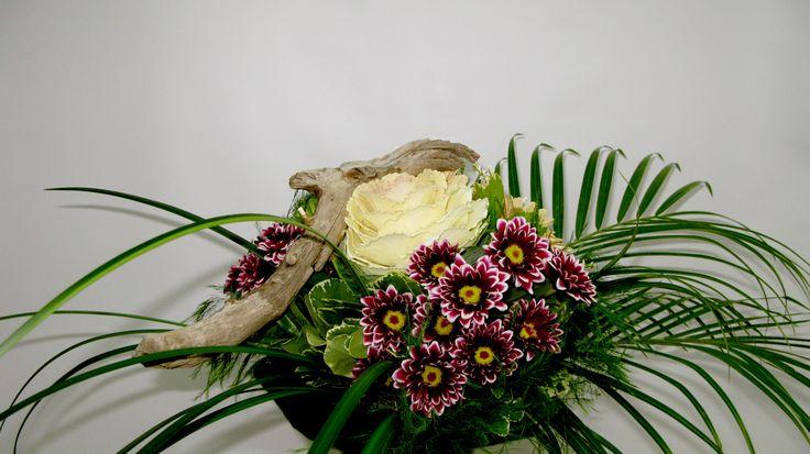 Bouquet de marguerites harlequins, roses blanches et bois naturel