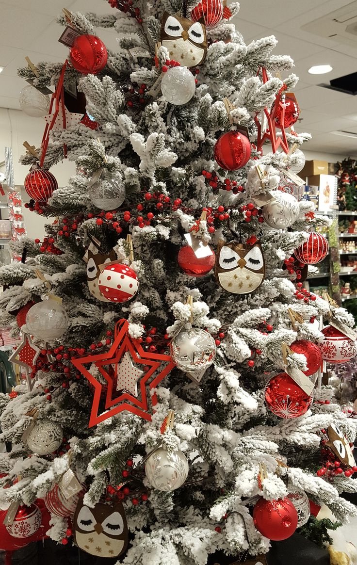 Inspiring Scandinavian Christmas Tree Decorating Ideas. The cozy Scandinavian style is characterized by green branches and pine cones. Looking for some extra color? Add red berries, fabric tree ornaments and and of course reindeers.