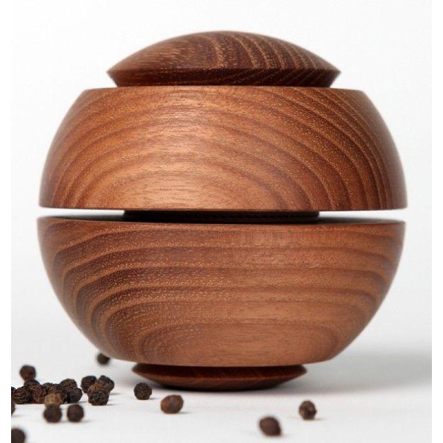 """In Form und Funktion einzigartige Gewürzmühle. Das Herzstück besteht aus zwei Keramikmahlscheiben, die Mechanik ist aus korrionsresistenten Edelstahl gefertigt und eignet sich zum Zermahlen von Salz, Pfeffer und trocknen Gewürzen jeglicher Art. Im Gegensatz zu herkömmlichen Mühlen, setzt sie in ihrer Handhabung die Funktion des """"Zerreibens zwischen den Händen"""" um. Ergonomisch unterstützt die Form diese Bewegung. Der Mahlgrat wird über Druck auf die Korpushälften intuitiv beim Mahlen…"""
