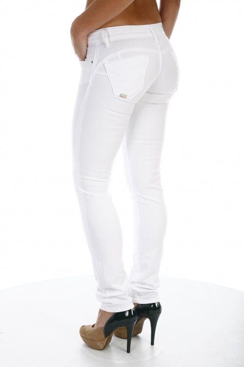 98% Coton  2% ElasthanneLes Push-Up de Salsa sont le numéro un du push-up jeans sur le marché avec l'effet push-up le plus prononcé, mis en valeur par le design des poches arrières.  Le modéle a un assortiment de délavages et de coupes pour une sensualité et un confort exemplaires, tout en maintenant sa taille basse.  Disponible en jambe juste, droit et bootcut. Pour l'effet push-up ces jeans doivent être portés très serrés.