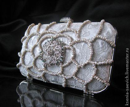 Клатч белый `Жемчужный цветок`. Размер клатча примерно 16,5 * 10 * 5 см.    Этот небольшой клатч может быть великолепным свадебным или вечерним аксессуаром. Обтянут белой парчой. Металлический каркас клатча выполнен в виде цветка, который с лицевой…