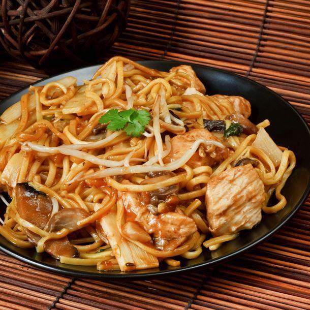 Nouilles chinoises au wok, oignons, dinde et champignons de Paris