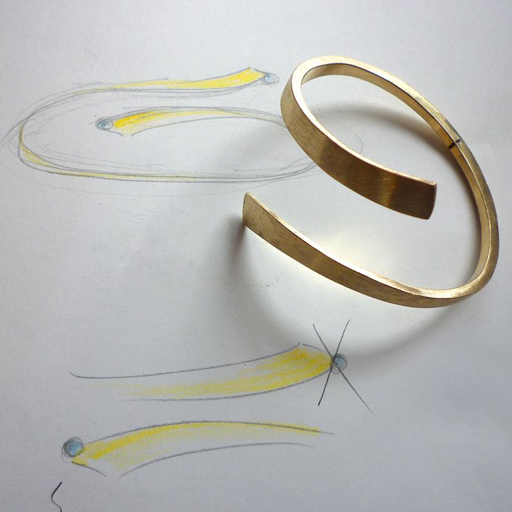 In opdracht gemaakt gouden armband met een blauwe diamant. Hier is de armband bijna klaar. De hamerslagen zijn hier al uit de armband geschuurd. Nu nog een gouden kastje maken voor de blauwe diamant, het kastje aan de armband solderen en daarna polijsten. De mevrouw krijgt een armband die van haar eigen meegebrachte goud is gemaakt, is dat geen mooie vorm van hergebruik? The Jewelry Story | Atelier Jan Kerkstra . Marion Pannekoek | Wijnjewoude