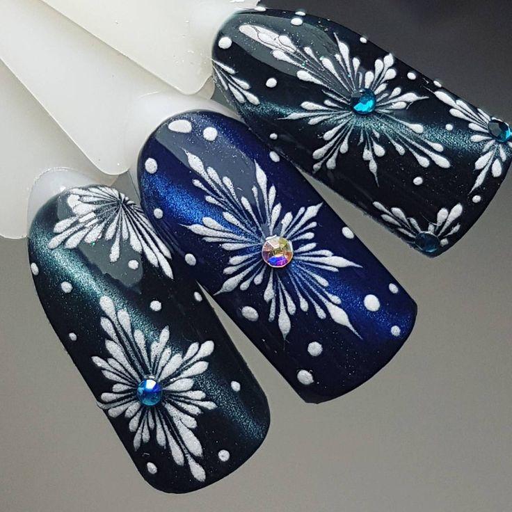 картинки со снежинками на ногтях также был