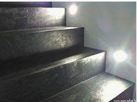 Peu onéreux, le béton ciré pour rénover un escalier s'applique en suivant quelques règles simples.
