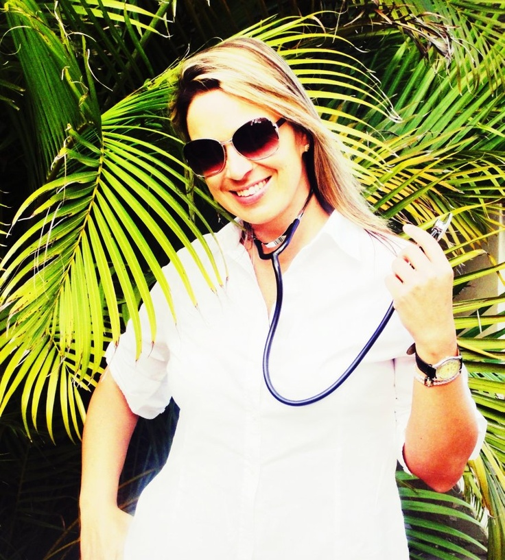 Daiane Fetzner na aula de Ausculta Pulmonar do curso de Fisioterapia.