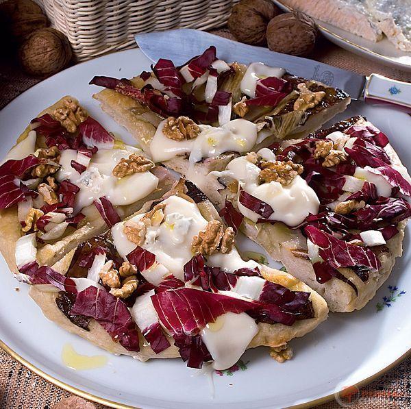 Pizza con noci, pere e fondutina di gorgonzola