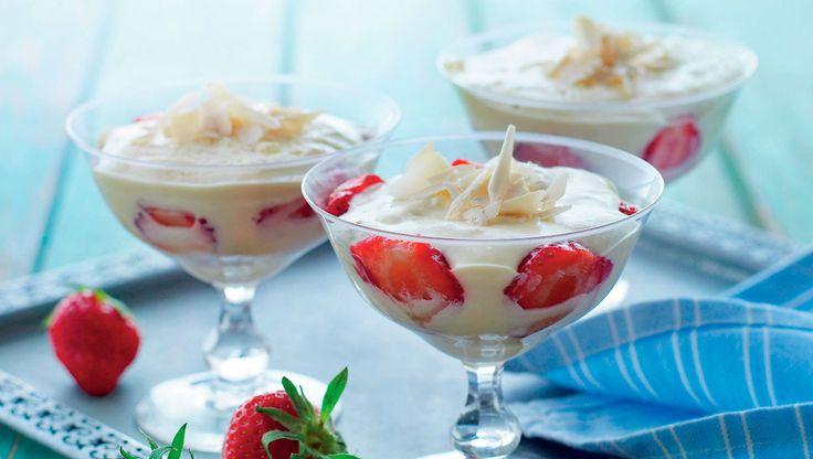 Nyd den dejlige kombination af hvid chokolade og jordbær sammen med et glas mousserende dessertvin. Her får du opskriften på hvid chokolademousse med jordbær