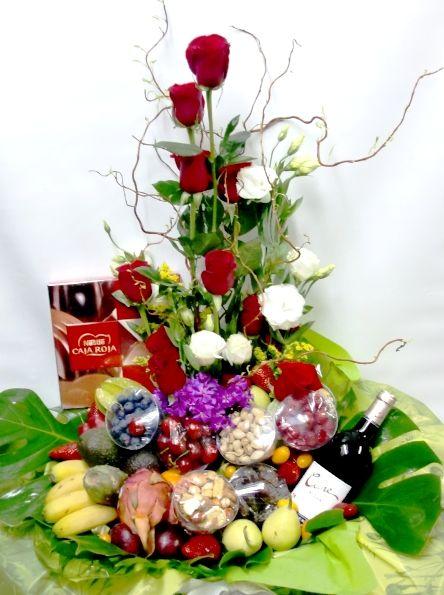 ¡Otro regalo de lujo! Que se note que le quieres con esta cesta de frutas con rosas, vino y chocolate.
