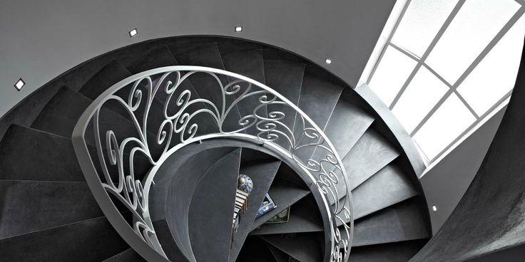 Antracitová stěrka Microtopping na točitém schodišti. / Anthracite Microtopping coating on the stairs.