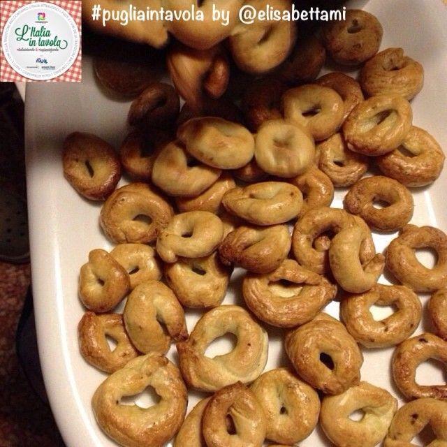 Oggi cominciamo con un assaggio dei deliziosi #Taralli della #Puglia #italiaintavola #pugliaintavola  Scoprite come prepararli con la ricetta di @Elisabetta Pardini #italianfood #italy
