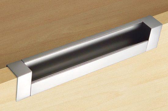 Врезные ручки функциональны и имеют интересный дизайн. Однако самостоятельная установка таких ручек вызовет затруднения, т.к. под такие ручки необходимо изготавливать паз в фасадной панели.