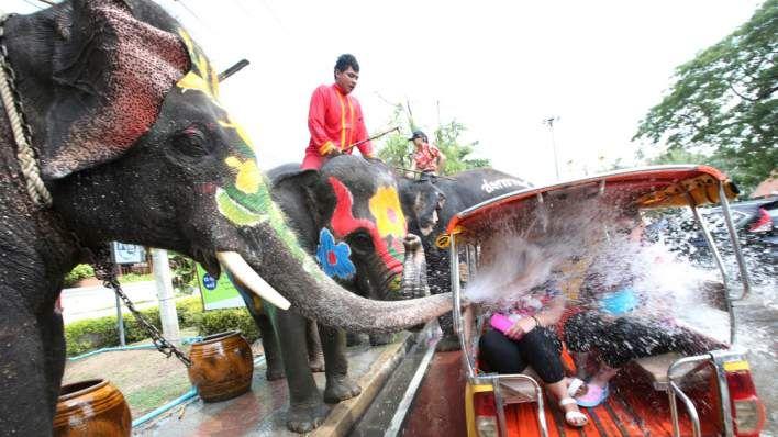 Στην Ταϊλάνδη έχουν Πρωτοχρονιά και το γιορτάζουν δεόντως– Φωτογραφία: AP Photo/Sakchai Lalit