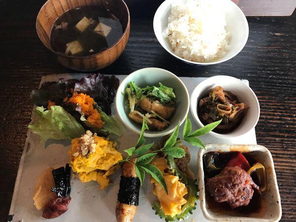 新旭町の喫茶古良慕(コラボ)は、日本の古き良き時代の建築様式や家具、設えを堪能出来るお店である。 それもそのはず、地元で古くから民家などの古材や古建具を扱う島村葭商店というお店が母体とのこと。  落ち着いた雰囲気の中、野菜をふんだんに使った和洋折中の品々を楽しめる。 中でもこの「週替わりごはんプレート」は、滋味溢れる様々なおかずに汁物、おかわり自由のかまどごはんと実に充実しており、満足のお昼ごはんであります。